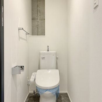 トイレは奥にペーパーがストックできますよ。※写真は2階の反転間取り別部屋のものです