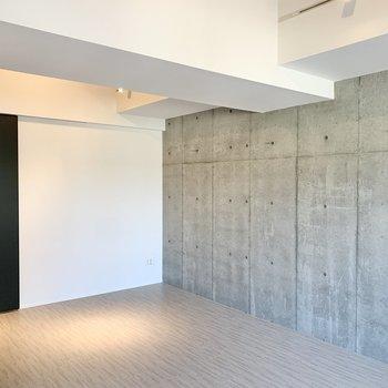 天井は高めです。※写真は2階の反転間取り別部屋のものです
