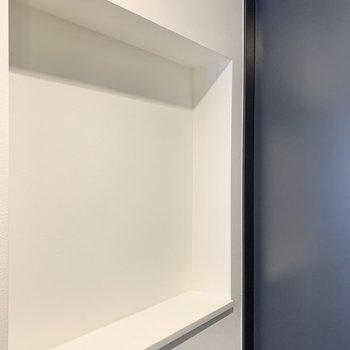 向かいのスペースにはお気に入りの雑貨を。※写真は2階の反転間取り別部屋のものです