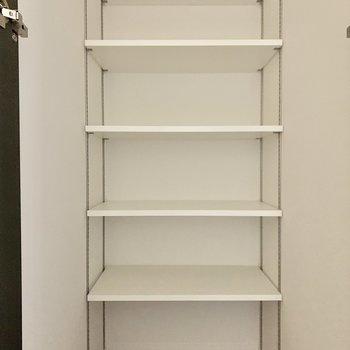 廊下には可動式の棚もありますよ。