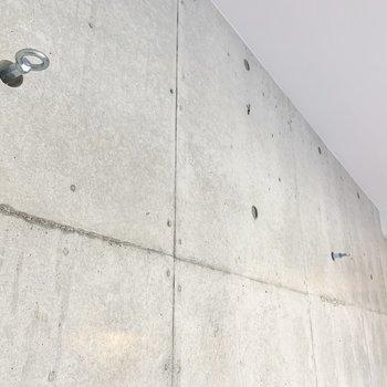 【ディテール】壁にはフックが付いています。