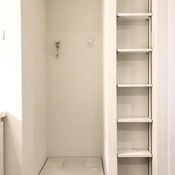 洗濯機置き場の横にはタオルなどを置いておける棚が。