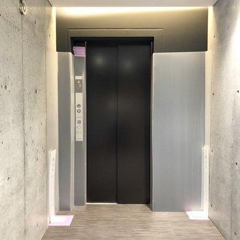 エレベーターはキーをタッチしないと作動しない仕組みになっていてセキュリティも◎