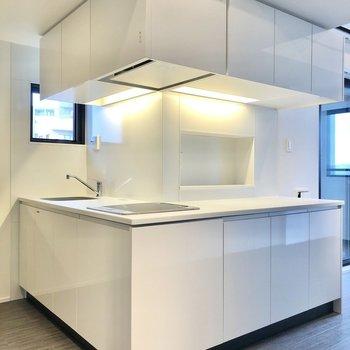シンプルでスッキリとしたデザインのキッチン。