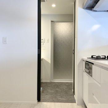 キッチンと脱衣所は行き来できます。※写真は2階の同間取り別部屋のものです