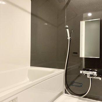 浴室乾燥機付きで雨でも安心。※写真は2階の同間取り別部屋のものです