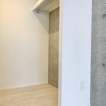 【洋室】ウォークインクローゼットなので出し入れもしやすいですね。※写真は2階の同間取り別部屋のものです