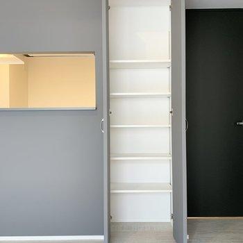 【LDK】キッチン横には収納もありますよ。※写真は2階の同間取り別部屋のものです