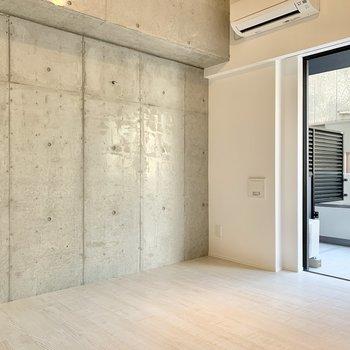 【洋室】コンクリ壁がスタイリッシュ。※写真は2階の同間取り別部屋のものです