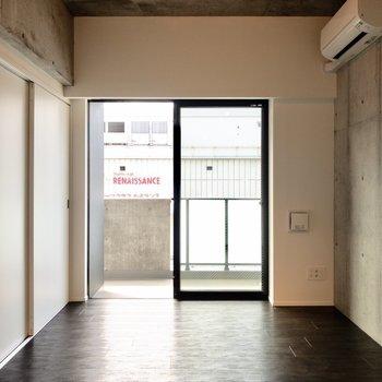 【洋室①】こちらも日当たり風通し良好です。※写真は6階の同間取り別部屋のものです