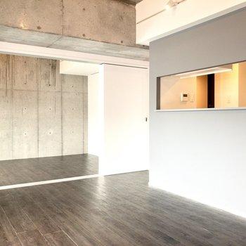 【LDK】打ちっぱなしのコンクリートがとグレーのキッチンの相性がgood◎※写真は6階の同間取り別部屋のものです