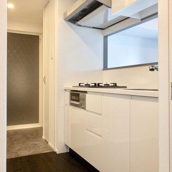 【LDK】キッチンスペースと脱衣所は繋がっています。家事がしやすそうですね。※写真は6階の同間取り別部屋のものです