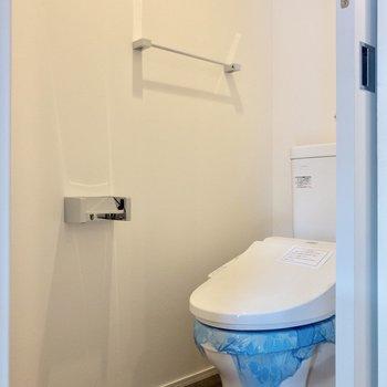 温水洗浄付きのトイレです。※写真は6階の同間取り別部屋のものです