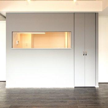 【LDK】キッチンはカウンター型。キッチンからお部屋中を見渡せるのは嬉しいですね~!※写真は6階の同間取り別部屋のものです