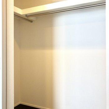 【洋室 5.8帖】高さのあるL字型の収納。お洋服をたっぷり収納できそう。