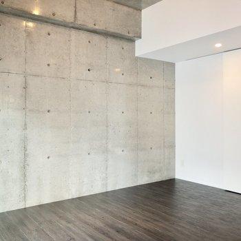 【洋室 5.8帖】壁沿いにベッドを置こうかな~!