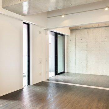 【LDK】洋室約5.8帖へと続く扉を開けて、さらにゆったりと使うこともできます。