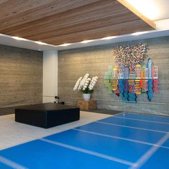 エントランスは温かく明るい雰囲気。カラフルでな壁が可愛らしい~!
