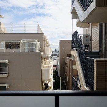 【南東側 眺望】お隣のマンションが見えます。
