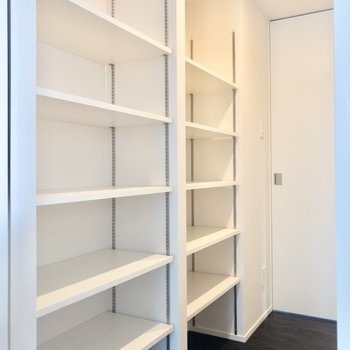 【WIC】LDKと洋室約5帖の間にはたっぷりサイズの収納が。
