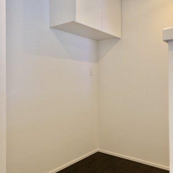 【LDK】キッチン後方は収納が。また、冷蔵庫はこちらにどうぞ~!