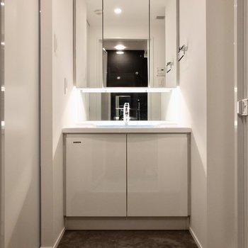 3面鏡タイプの洗面台で、朝の支度もスムーズにできそう。