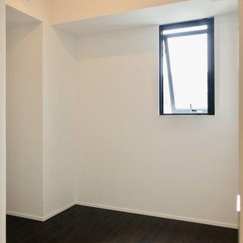 【洋室 5帖】コンパクトサイズのお部屋です。
