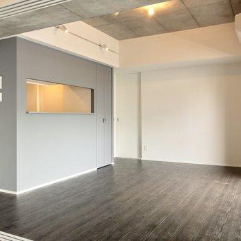 【LDK】広さは約11帖。ゆったりとダイニングテーブルを置けそうです。※写真は6階の同間取り別部屋のものです