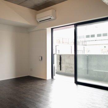 【LDK】大きな窓からたっぷりの太陽と風が入り込みます。※写真は6階の同間取り別部屋のものです