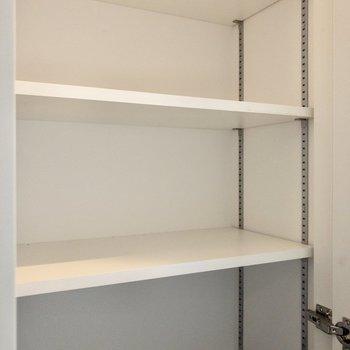 棚の高さを変えられる玄関収納です。※写真は6階の同間取り別部屋のものです