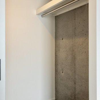 【洋室②】奥行きのある収納です。衣装ケースを活用してさらにスッキリ収納できそう。※写真は6階の同間取り別部屋のものです