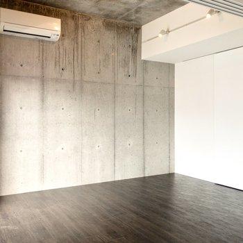 【洋室①】広さは約6帖。壁沿いにソファを置きたいな~!