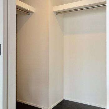 【洋室①】高さのあるL字型の収納。お洋服をたっぷり収納できそう。
