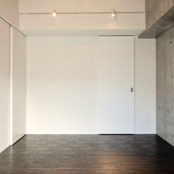 【洋室②】LDKへとつながる左側の扉は小さめ。洋室①よりも静かなスペースとして使えそう。