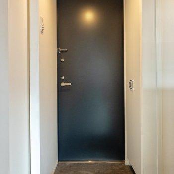 玄関スペースは段差があります。※写真は6階の同間取り別部屋のものです