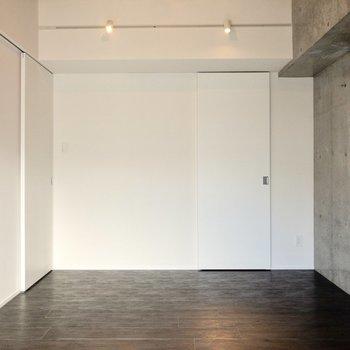 【洋室②】LDKへとつながる左側の扉は小さめ。洋室①よりも静かなスペースとして使えそう。※写真は6階の同間取り別部屋のものです