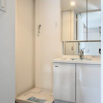 洗濯機置き場と洗面台が隣り合っています。※写真は6階の同間取り別部屋のものです