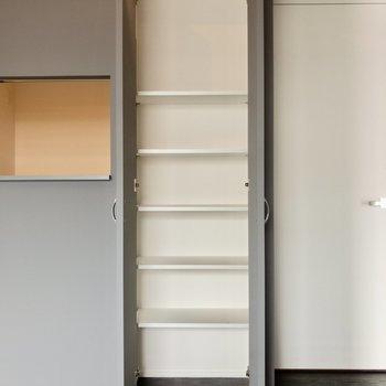 【LDK】キッチン横には高さのある棚が。すぐに手に取りたい日用品はこちらへどうぞ~。※写真は6階の同間取り別部屋のものです