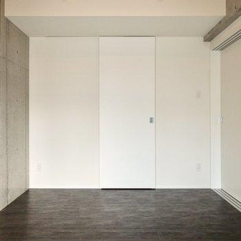【洋室①】奥には収納が。※写真は6階の同間取り別部屋のものです
