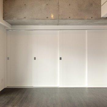 【LDK】洋室①へと続く扉を開けて、さらにゆったりと使うこともできます。※写真は6階の同間取り別部屋のものです