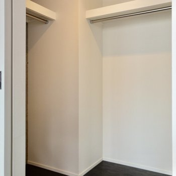 【洋室①】高さのあるL字型の収納。お洋服をたっぷり収納できそう。※写真は6階の同間取り別部屋のものです