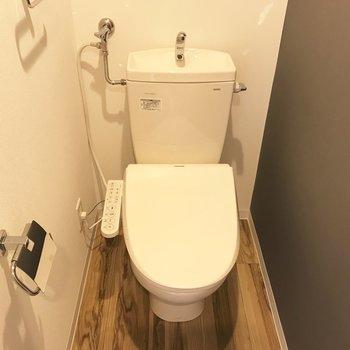 トイレはなんだか落ち着く感じ。※写真は同間取り反転タイプのお部屋