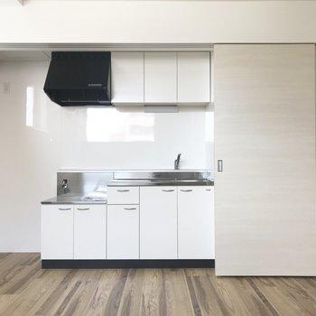 キッチンはこちら〜※写真は同間取り反転タイプのお部屋