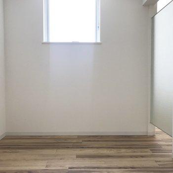 ここの窓も上の方!小さいけど光はしっかりと◎※写真は同間取り反転タイプのお部屋