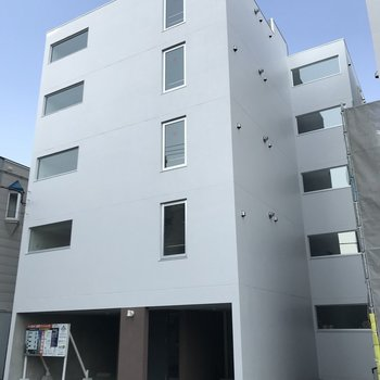 この白い建物が今回のお家