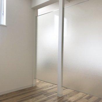 こちら寝室〜※写真は同間取り反転タイプのお部屋