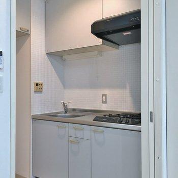 キッチンは扉で隠せます!。※写真は、同タイプの別部屋