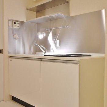 使いやすそうなキッチンスペース。※写真は3階の別部屋