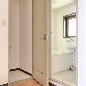 サニタリーはひとまとまり。お先に浴室から。あ!手前に洗濯機を置きましょう!