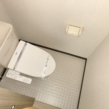 トイレはシンプル!床のデザインがキュート!